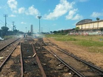 Após o incidente dentro do trem, manifestantes bloquearam a linha férrea por alguns minutos (Foto: Moema França/G1)