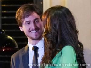 Encantado com morena, Marcelo não atente ligação de Lili (Foto: Além do Horizonte/TV Globo)