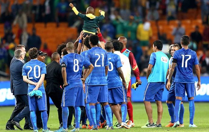 criança com a Seleção amistoso Brasil e África do Sul (Foto: Leo Correa / Mowa Press)