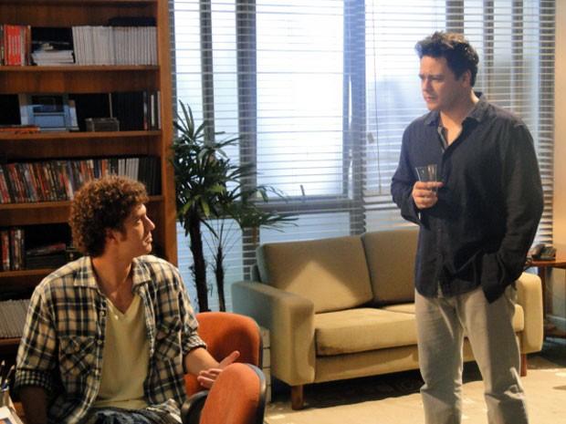 Fabiano desabafa com Gabriel e ele critica Carmem (Foto: Malhação / Tv Globo)