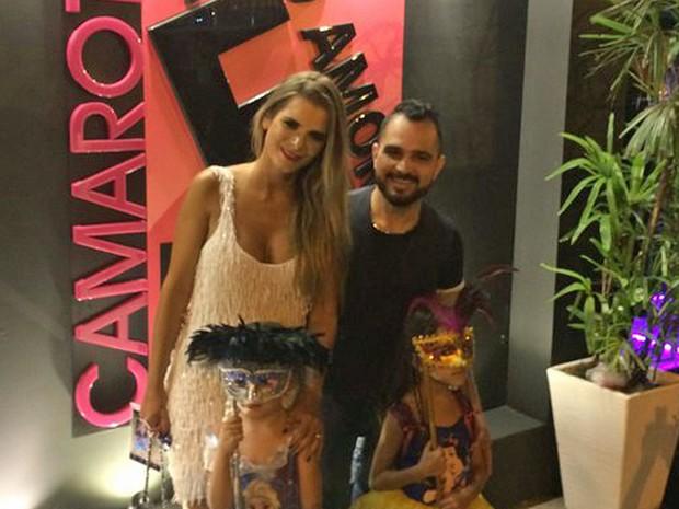 Luciano com a mulher e as filhas na Sapucaí (Foto: Matheus Rodrigues / G1)
