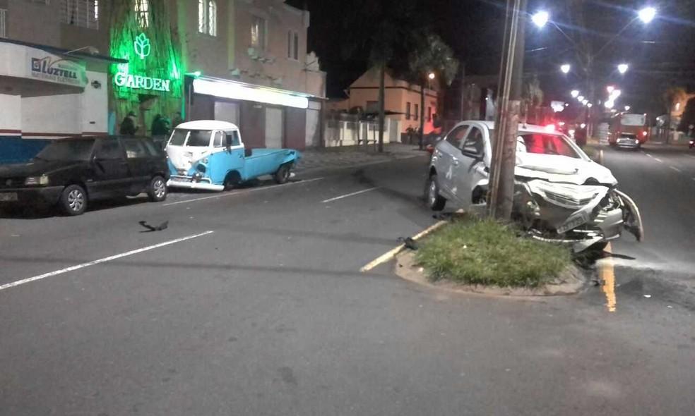 Na fuga, condutora bateu em outros dois veículos e só parou ao colidir contra um poste na Avenida Ernesto Vilela (Foto: Guarda Municipal/Divulgação)