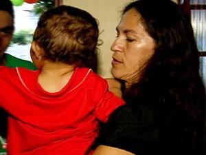 Bruninho no colo da avó, Sônia Fátima Moura (Foto: Reprodução TV Morena)