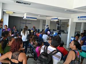 Segurados lotaram a agência de Cruzeiro do Sul com o restabelecimento dos serviços  (Foto: Adelcimar Carvalho/G1)