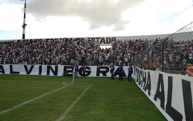 Torcida do Treze compareceu ao Estádio Presidente Vargas para incentivar a equipe (Foto: Silas Batista / Globoesporte.com/pb)