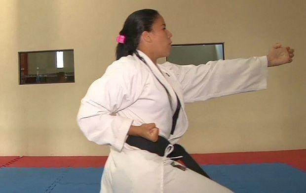 Aila Benita luta karaté há 10 anos (Foto: Bom Dia Amazônia)