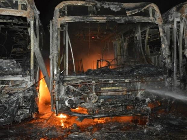 Os veículos foram incendiados e na garagem haviam forte cheiro de gasolina, o que reforça a tese de incêndio criminoso, dizem bombeiros. (Foto: TBN Notícias/Divulgação)