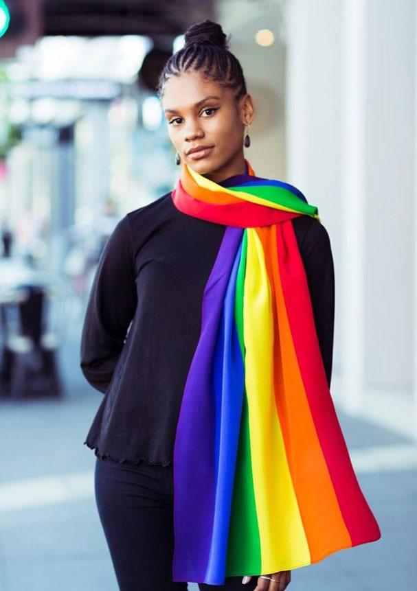 Lenço com as cores da bandeira também pode ser usado no pescoço (Foto: Reprodução/Facebook)