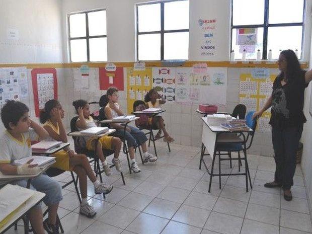 Estudantes são orientados por professora (Foto: Patrícia Cavalho/G1)