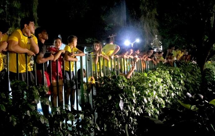 torcida na chegada da Seleção em Fortalexa (Foto: Marcelo Baltar)