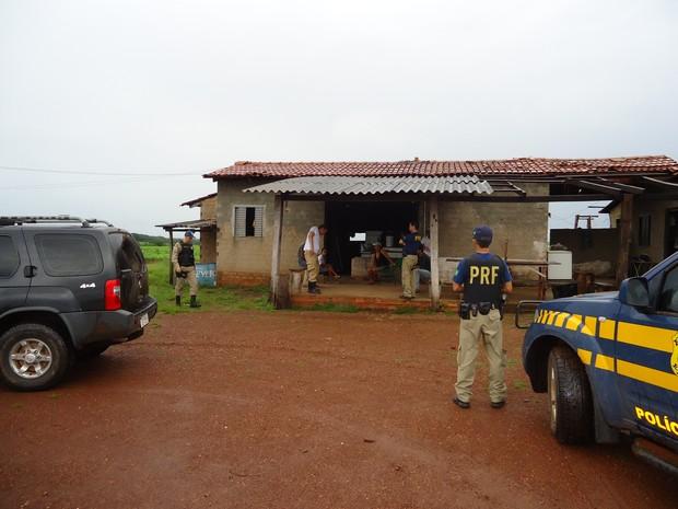 28 trabalhadores viviam em uma casa em condições precárias (Foto: Divulgação/PRF)