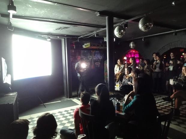 Amigos de Nasser acompanham o programa em um telão (Foto: Luiza Gaidzinski Carneiro/RBS TV)