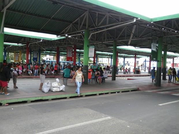 Usuários de transporte público na espera de coletivo no Terminal da Cohab, em São Luís (Foto: Alessandra Rodrigues)