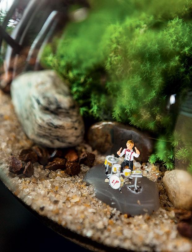 A miniatura de baterista dá graça ao terrário (Foto: Edu Castello/Editora Globo)