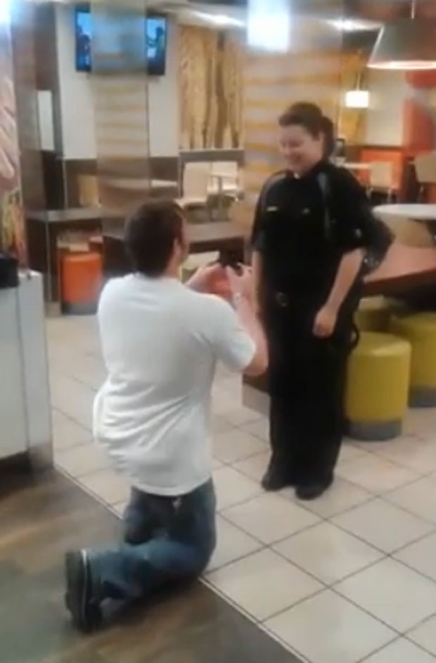 Americano pediu namorada em casamento em restaurante fast-food (Foto: Reprodução/YouTube/TrueLoveVideos)