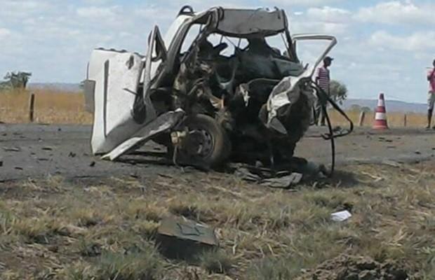 Veículos ficaram destruídos após colisão frontal na GO-112 (Foto: Rodrigo Cardoso/ Arquivo pessoal)