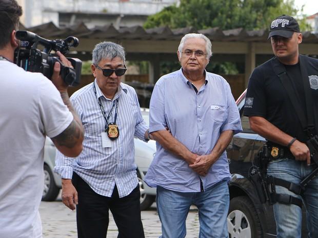 Lava Jato Pedro Corrêa levado a Curitiba (Foto: Geraldo Bubniak/AGB/Estadão Conteúdo)