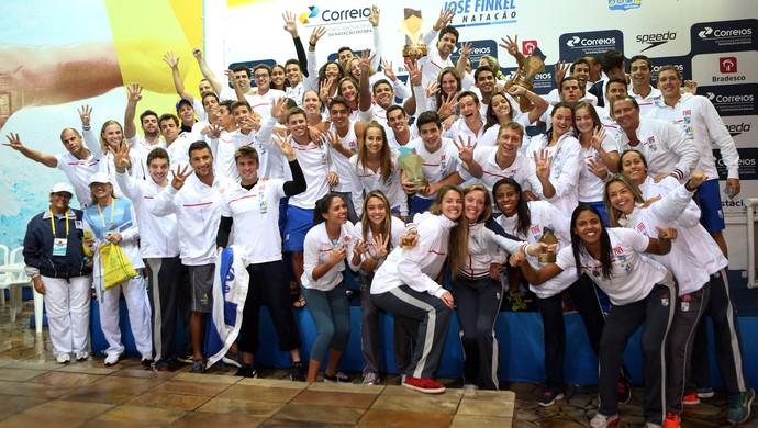 Equipe do Minas, tetracampeã do Troféu José Finkel de natação, em Guaratinguetá, São Paulo (Foto: Orlando Bento/Divulgação MTC)