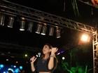 De barriga de fora e short curtinho, Alinne Rosa dá palhinha em show