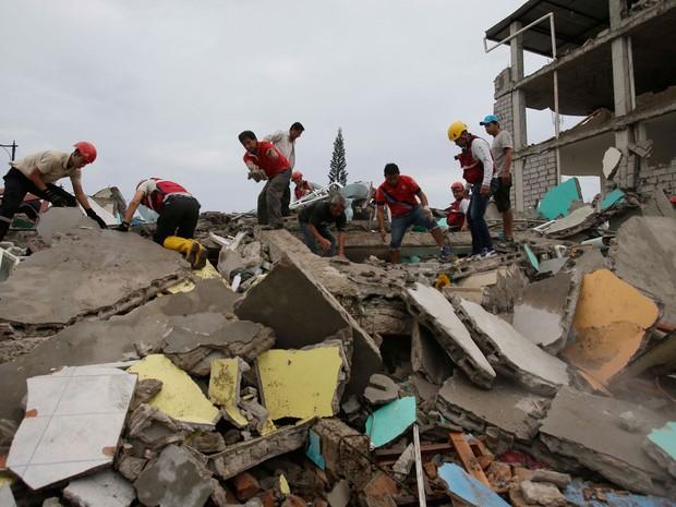 Equipes de resgate trabalham na cidade de Manta (Foto: AP Photo/Dolores Ochoa)