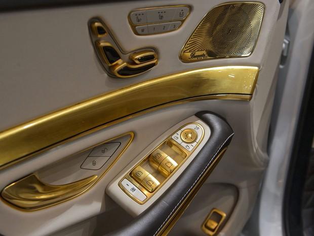 Detalhes em ouro no interior do Carlsson CS50 Versailles anunciado no Salão de Genebra. (Foto: Fabrice Coffrini/AFP)