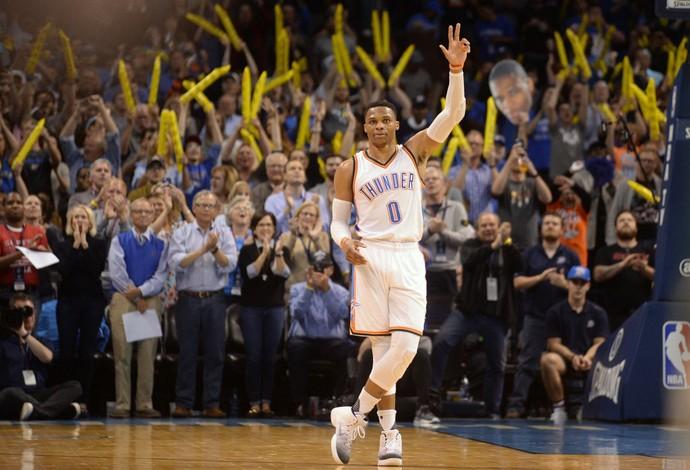 Russell Westbrook, do Oklahoma City Thunder, é ovacionado após fazer o seu 41º triplo-duplo e igualar recorde (Foto: Reuters/Mark D. Smith-USA TODAY Sports)