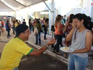 Estudante fica emocionada ao ver namorado encontrar aliança. (Foto: Priscilla Santos/ G1 MS)
