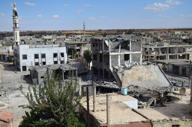 Foto desta quarta-feira (30) mostra ruas desertas e prédios danificados na cidade de Talbisseh, na província de Homs. A Rússia iniciou ataques aéreos em apoio ao regime sírio na região  (Foto: Mahmoud Taha/AFP)