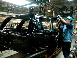 2008 - Funcionário trabalha na montagem da SUV Blazer, em São José dos Campos (SP). (Foto: Divulgação/ GM do Brasil)