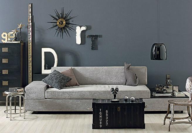 Na sala de estar, gamas de cinza e objetos rústicos deixam o ambiente com ar industrial. O baú de madeira serve como centro de mesa (Foto: Editora Globo)
