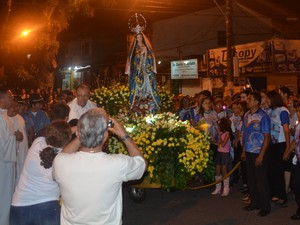 Católicos realizam trasladação da imagem de Nossa Sra da Conceição (Foto: Luana Leão/G1)