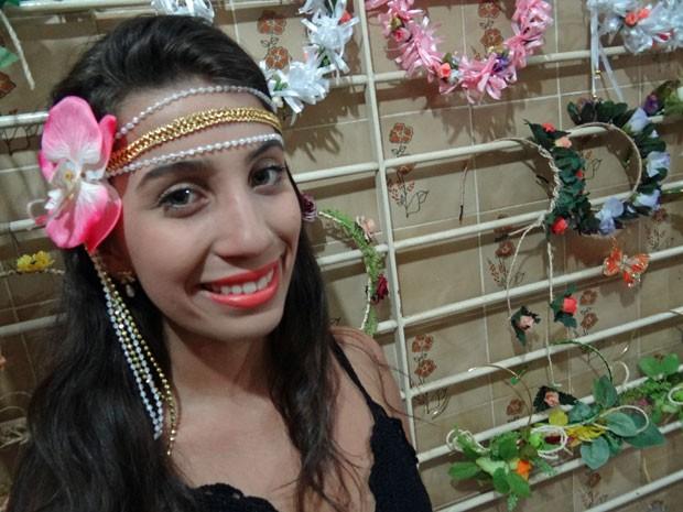 G1 - Tiara de flores é sensação no carnaval  vídeo ensina a fazer ... c5c2aad45b3