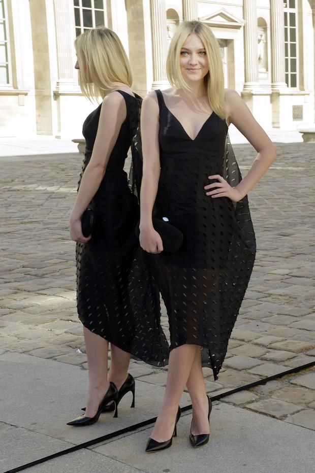 Dakota Fanning vai ao desfile da Dior, em Paris (Foto: AFP)