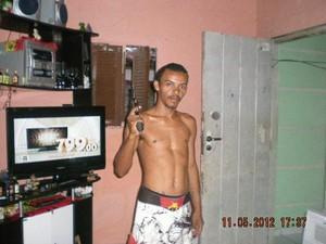 João Batista Caetano Alves e a mulher dele fizeram fotos com uma câmera roubada da casa das vítimas (Foto: Divulgação Polícia Civil do RN)