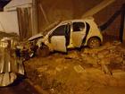 Adolescente de 14 anos bate carro roubado em muro durante fuga