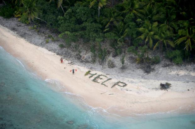 Náufragos acenam após terem sido avistados por avião da Marinha dos EUA na Micronésia (Foto: REUTERS/US Pacific Fleet via social media/Handout via Reuters)