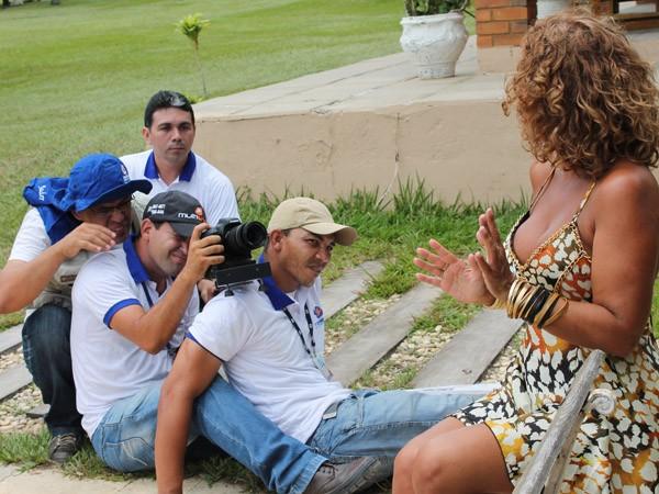 Bastidores da gravação com os contores Irah Caldeira e Maciel Melo para a TV Grande Rio. (Foto: Gabriela Canário)