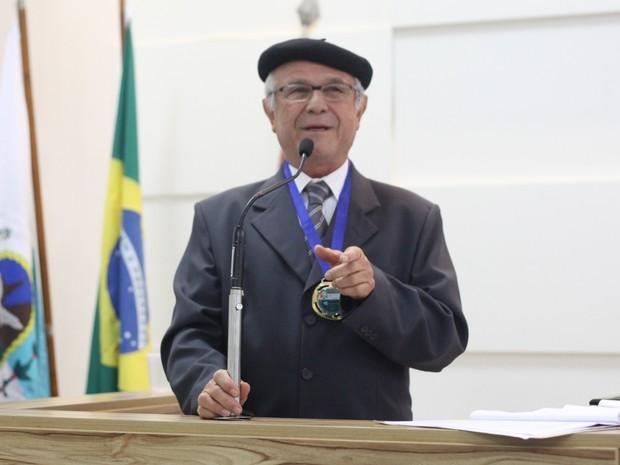 O poeta e professor Geraldo Chacon é autor de mais de 30 livros didáticos sobre literatura (Foto: Marcelo Figueiredo/Ascom)