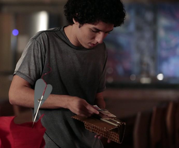 Bruno rouba dinheiro da mãe (Foto: Felipe Monteiro/Gshow)