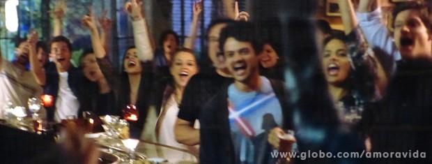 O pessoal ovaciona o funkeiro... (Foto: Amor à Vida / TV Globo)