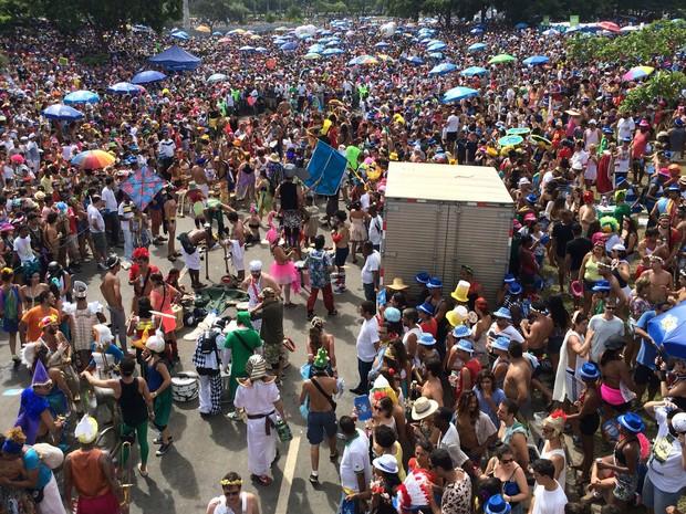 Com a aproximação do início do desfile da Orquestra, no Aterro do Flamengo, número de foliões aumenta. (Foto: Mariana Cardoso/G1)