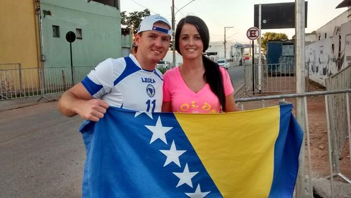 Amir Memic torcedor da Bósnia que aguardava equipe em Cuiabá (Foto: Robson Boamorte)