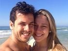Fernanda Gentil curte praia com o marido