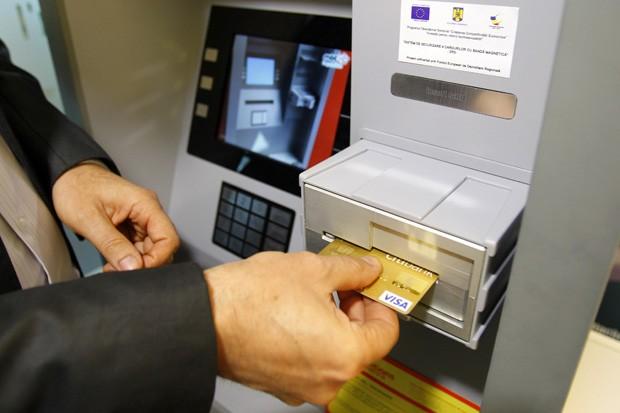 Presidente da MB Telecom e co-inventor do SRS, Mircea Tudor demonstra protótipo, que aceita cartões inseridos horizontalmente. Ao serem rotacionados internamente, ladrões não conseguem roubar informações da tarja magnética do cartão (Foto: Bogdan Cristel/Reuters)