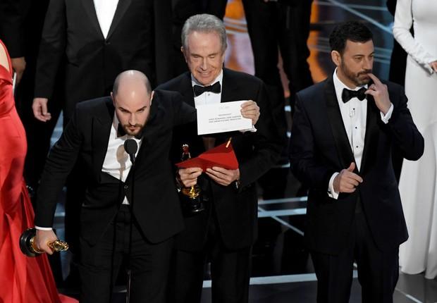 O produtor de La La Land, Jordan Horowitz, mostra o envelope com o real ganhador do Oscar de Melhor Filme (Foto: Kevin Winter/Getty Images)