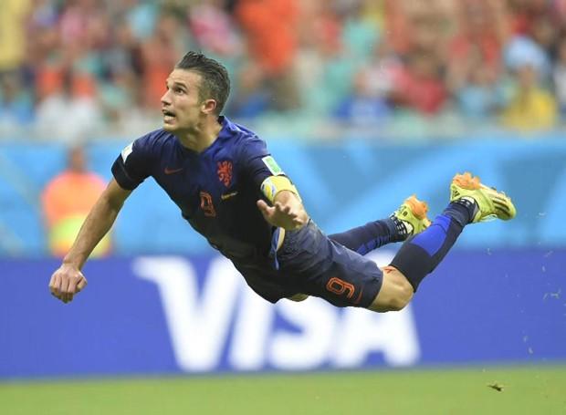 Pose de Van Persie durante gol da Holanda na Copa do Mundo viralizou no Twitter (Foto: BBC)