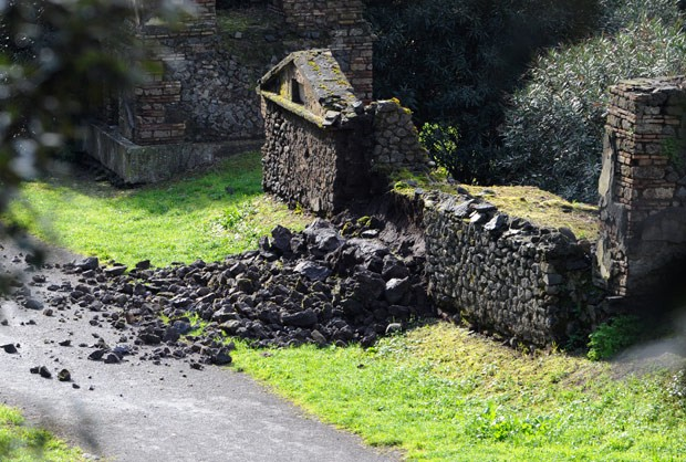 Foto tirada neste domingo mostra parede danificada de uma tumba nas ruínas de Pompeia (Foto:  AFP Photo/Mario Laporta)