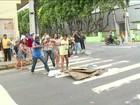 Familiares protestam após mortes em cadeia improvisada em Manaus