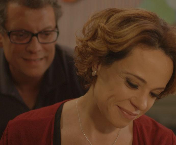 Ana e Miguel se emocionam com fotos de João (Foto: TV Globo)