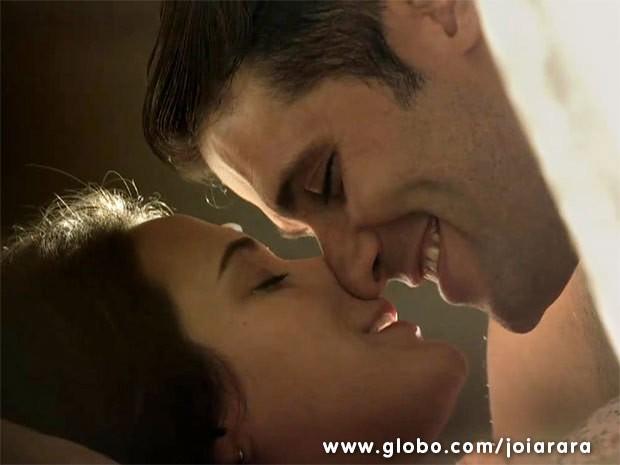 Casal se rende à paixão e tem primeira noite de amor (Foto: Joia Rara/ TV Globo)